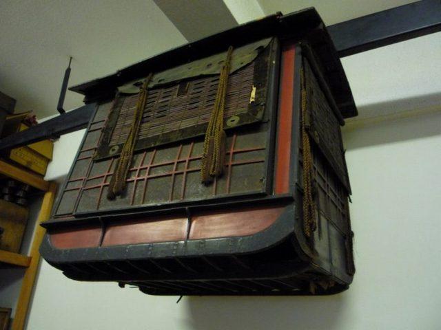 27.s-江戸城退出時に使用したと伝えられている駕籠.jpg